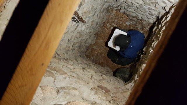 Blick in das tiefe Gefängnisloch im MENNO-Dorf